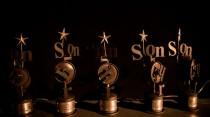 Die Pokale des SonOhr-Festivals warten auf Gewinnerinnen und Gewinner