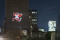 Eine Projektion des Schweizer Syndikats Medienschaffender (SSM) gegen die No-Billag Initiative wird an den Turm von Swissmill gebeamt, am Dienstag (13.2.18) in Zürich Foto: Flurin Bertschinger